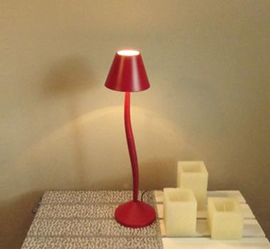 Lámpara de mesa curva roja