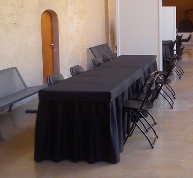 Mesa con tapete y faldón